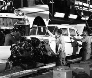 Trabajadores ensamblando el Fairlane 1958 en el FordRouge Center