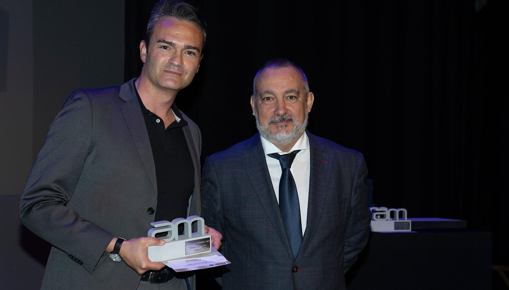 Ángel Hernández, vocal de ASPROMEC y director Interempresas Media fue el encargado de entregar este premio que recogió, en nombre y representación de Consur, Joaquín Rodríguez Grau, director general en el Centro Avanzado de Tecnologías (CATEC).