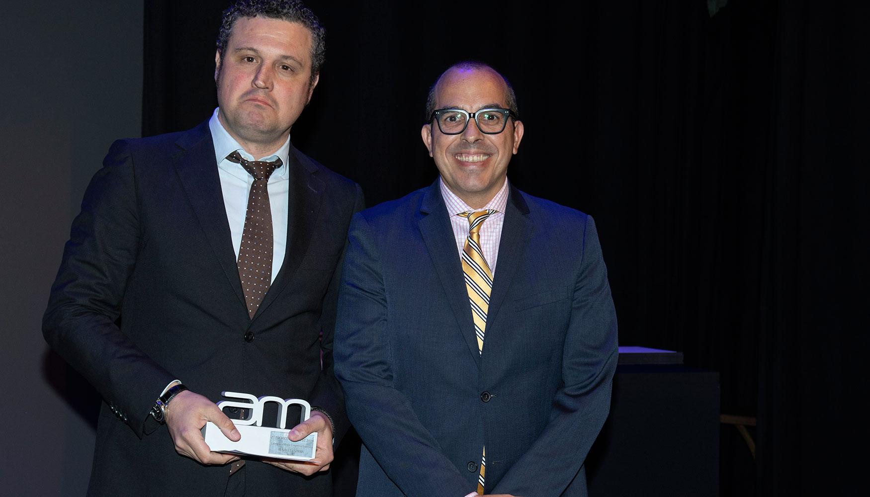 Miguel Serrano, director del Salón 'Industry From Needs to Solutions'. La feria industrial de Barcelona entregó el galardón en esta categoría, que recogió Augusto Escudero Luengo, jefe Dpto. Técnico Factoría de Motores de Renault España.